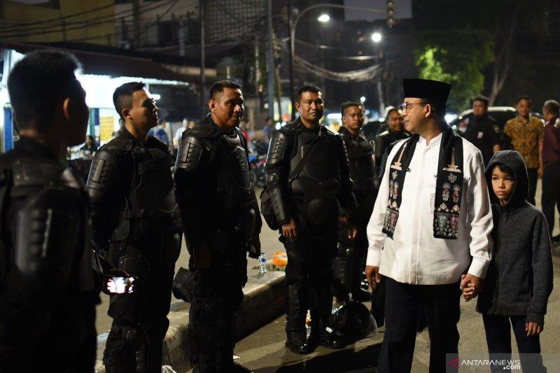 Anies Baswedan pantau situasi Jakarta bersama putra bungsu