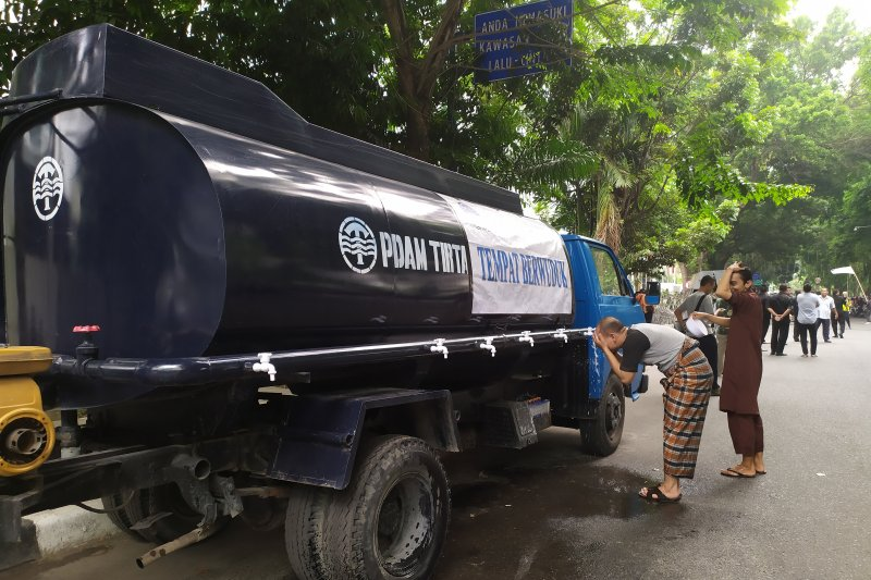 Polisi sediakan mobil tangki air untuk wudhu masa aksi di DPRD Sumut