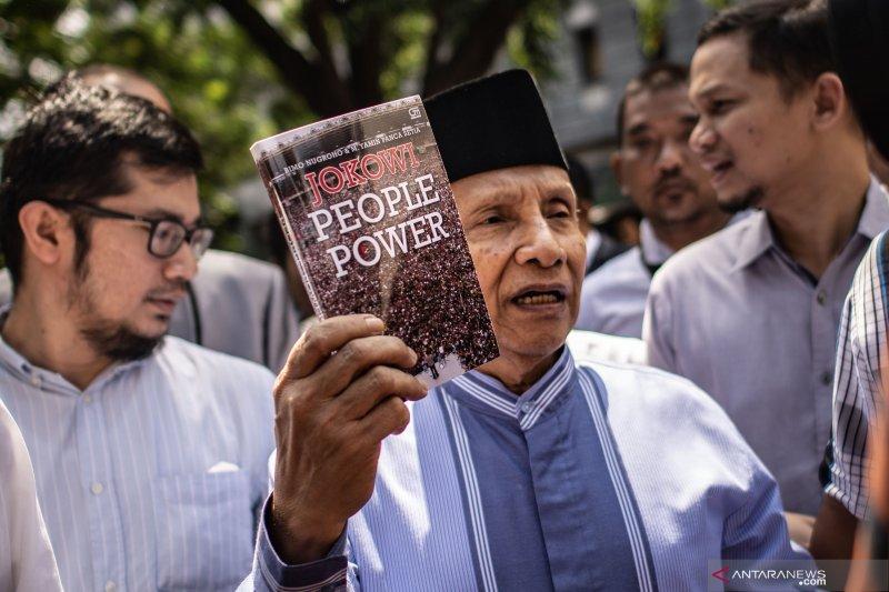 Diperiksa sebagai saksi, Amien Rais tunjukkan buku Jokowi People Power