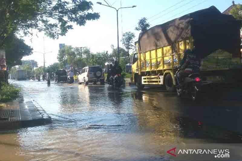 Jalan raya Denpasar-Gilimanuk di Jembrana terendam banjir