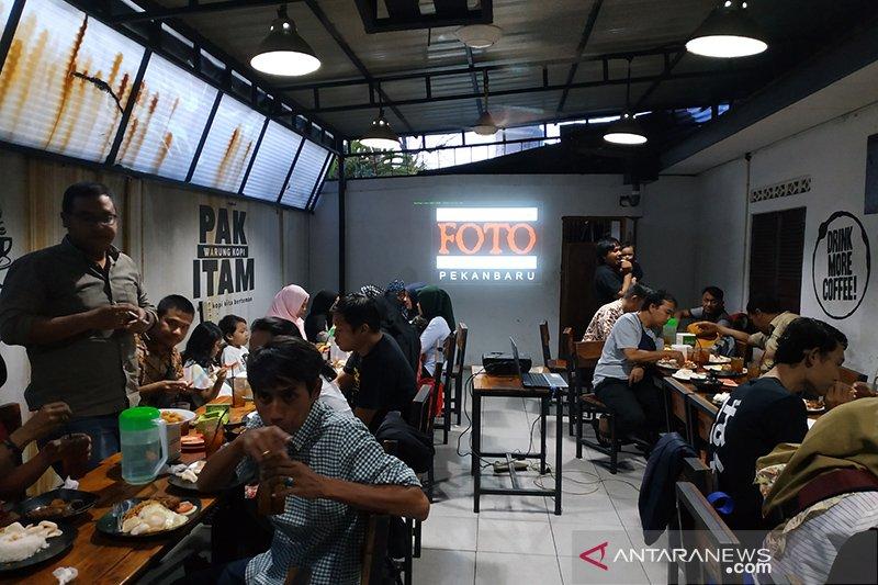 Buka puasa bersama sambil membedah foto bareng PFI Pekanbaru