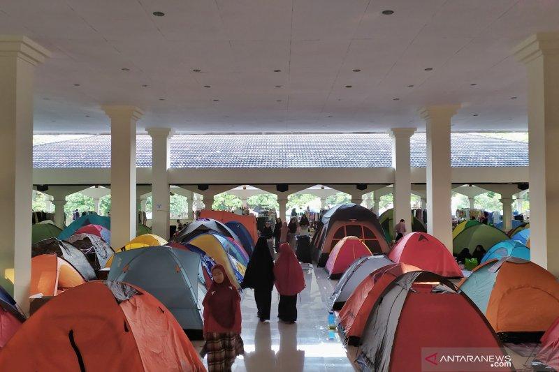 Sekitar 300 tenda berdiri untuk itikaf di Masjid Habiburrahman Bandung