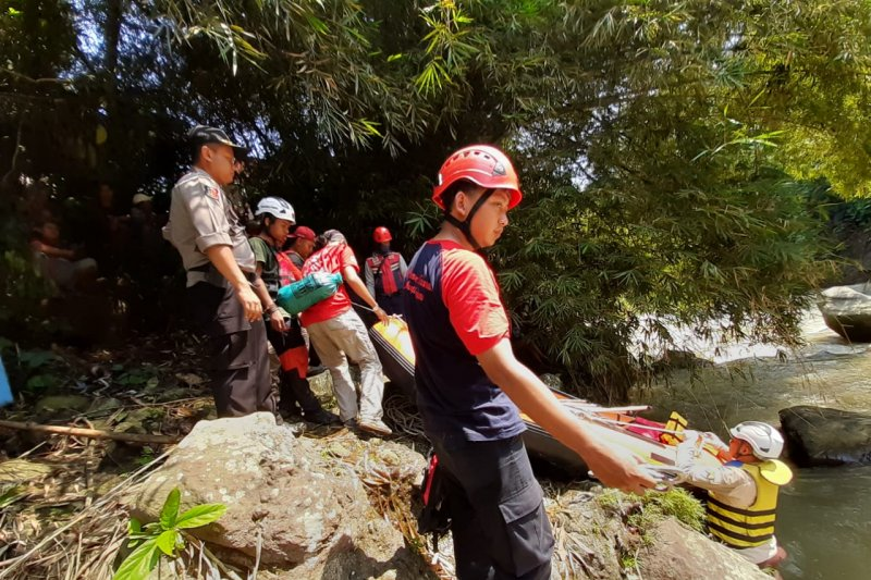 Tiga buruh bangunan di Sukabumi terjatuh ke sungai satu tewas