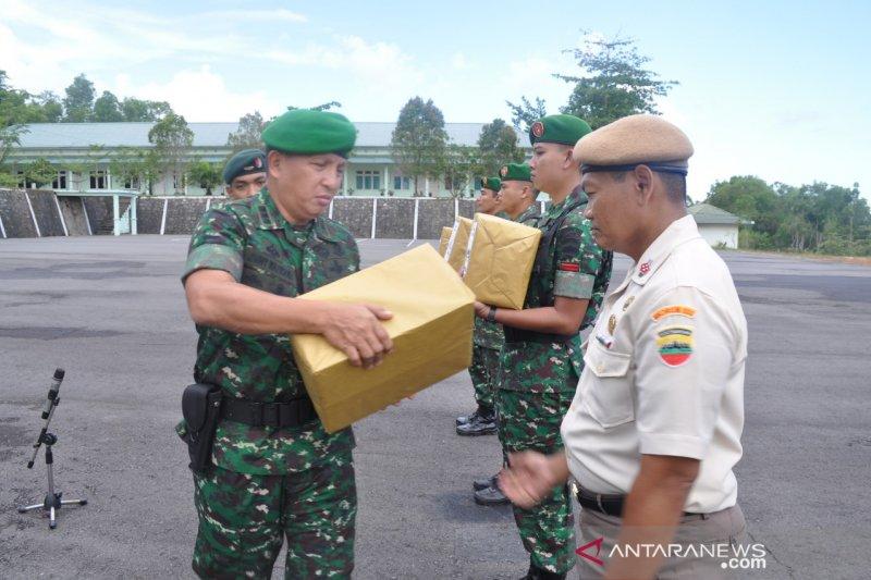 Prajurit Korem 033/Wira Pratama dapat bingkisan Lebaran