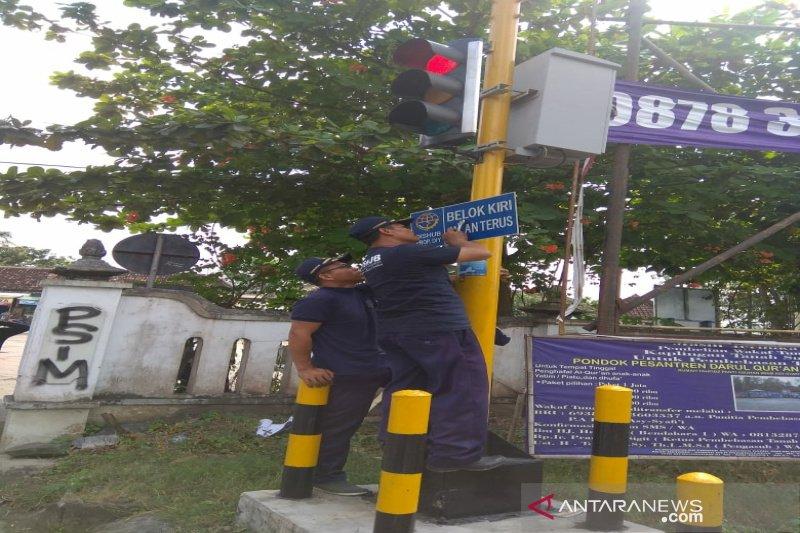 """Dishub Kulon Progo memasang rambu """"ke kiri jalan terus"""""""