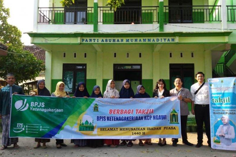 BPJS Ketenagakerjaan Ngawi bagikan 300 takjil ke masyarakat sekitar