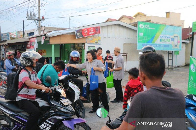 Tiga kantor cabang BPJS Ketenagakerjaan di Riau serentak bagi-bagi takjil Ramadhan