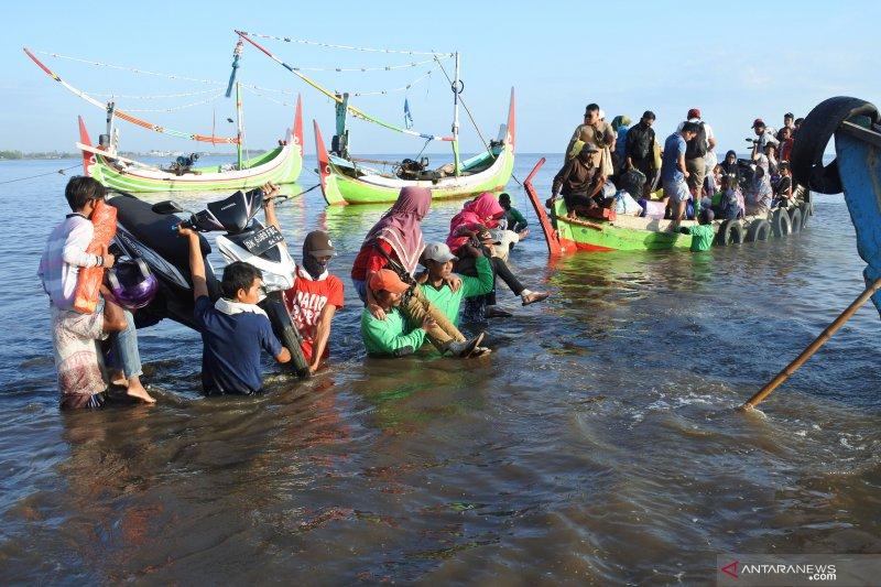 Pulang mudik ke kampung naik perahu motor meski minim peralatan keselamatan