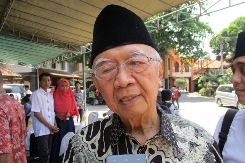 Pengasuh Ponpes Tebu Ireng: KH Tholchah Hasan pribadi tekun
