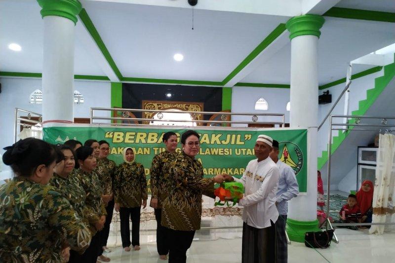 Kejati dan IAD Sulut berbagi takjil di Masjid RA Kartini