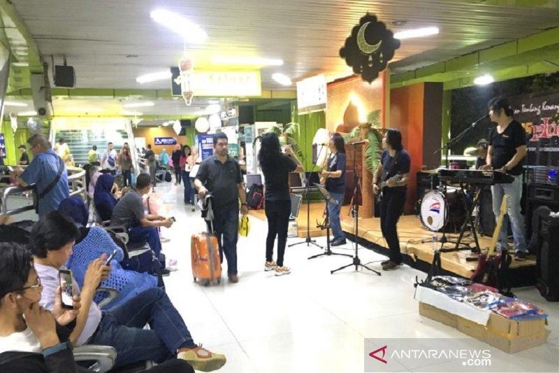 Grup band musik mirip Koes Plus hibur penumpang di Stasiun Gambir