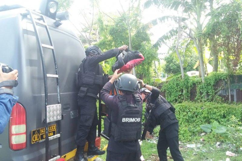 Personel Brimob jinakkan granat di Santiong