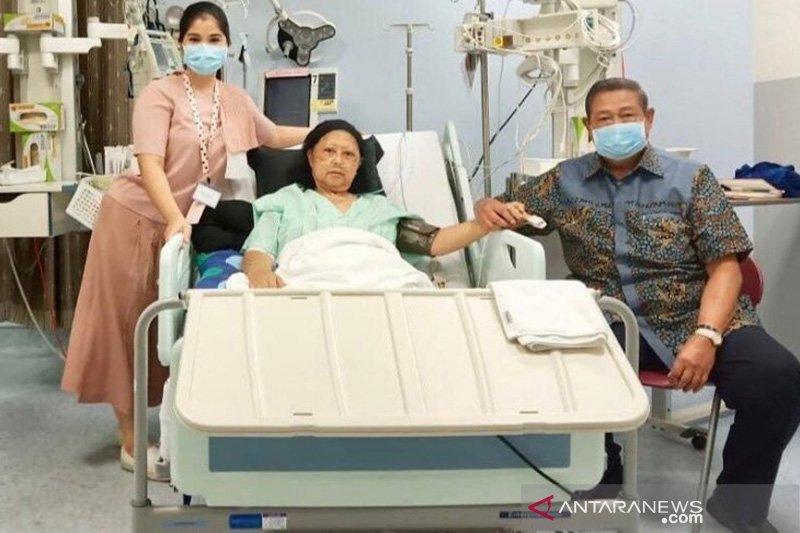 Ibu Ani Yudhoyomo masih di ICU