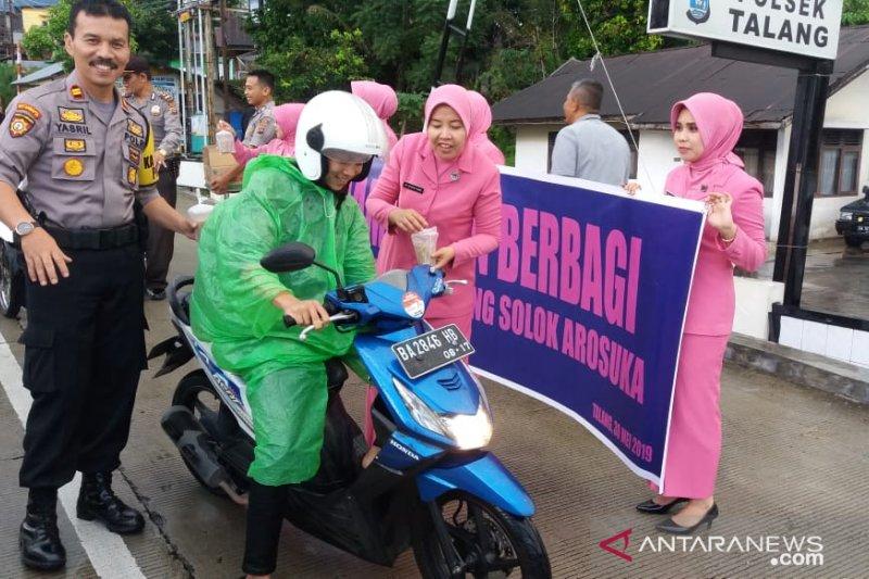 Lima Polsek di Kabupaten Solok serentak berbagi takjil gratis