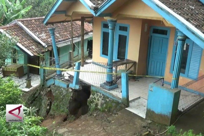 Bencana pergeseran tanah rusak puluhan rumah di Sukabumi