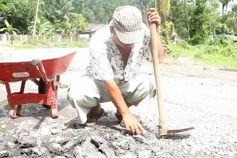 Jalan rusak di jalur Medan-Aceh via Berastagi, warga berswadaya