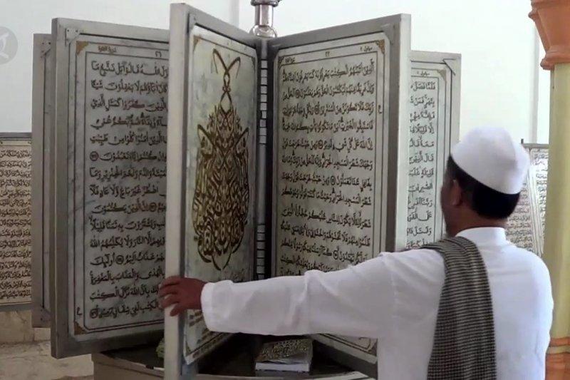 Ada Al Quran marmer di Masjid Agung Pekalongan