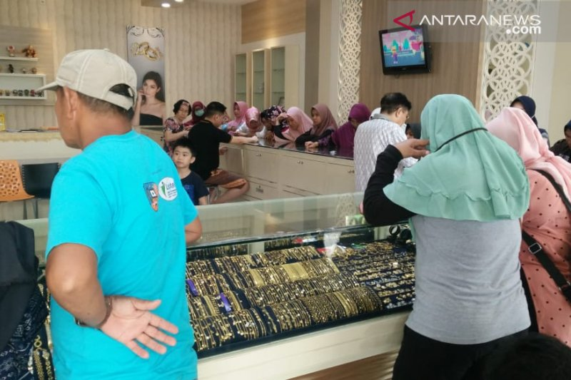 Harga perhiasan emas 24  karat di Palembang naik Rp500.000/suku