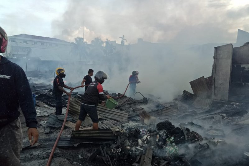 Polisi olah TKP kebakaran di Kompleks Pasar Lama Timika