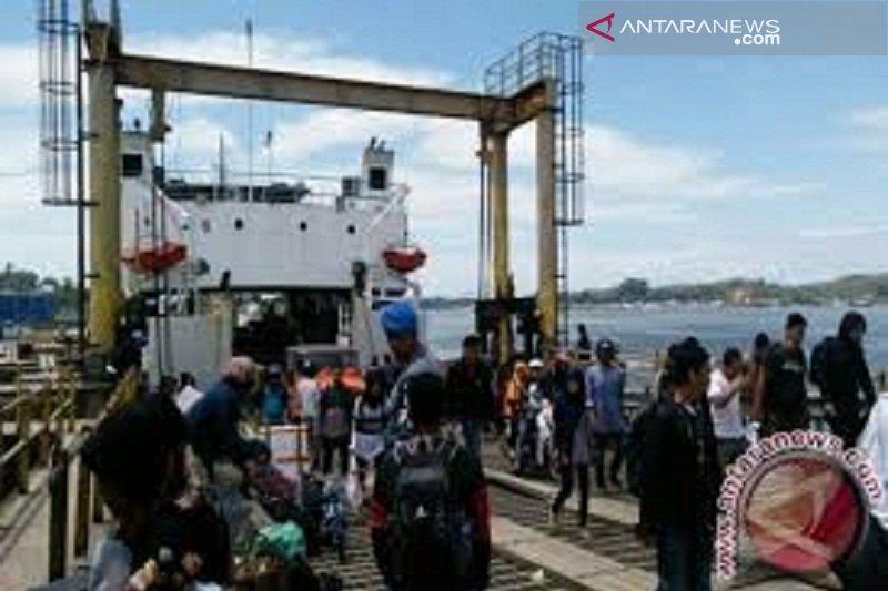 Arus penumpang di pelabuhan feri Kolaka meningkiat