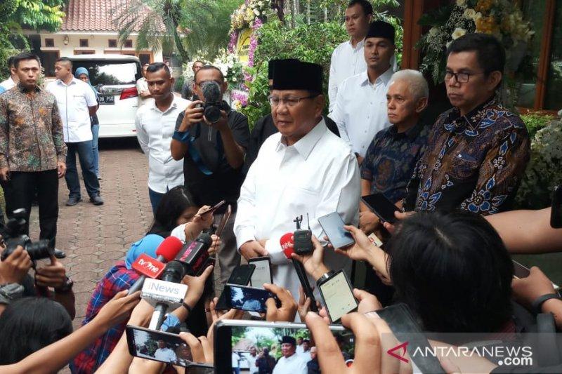 Prabowo minta maaf tidak hadiri pemakaman Ani