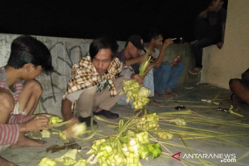 Perajin cangkang ketupat di Cianjur kebanjiran pesanan