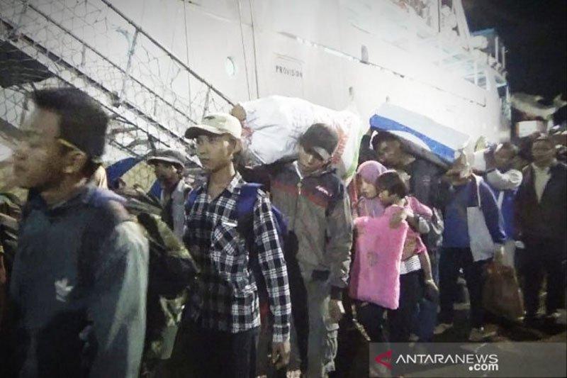 Pemudik dari pelabuhan Sampit Shalat Idul Fitri di atas kapal