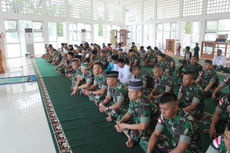 Warga perbatasan dan Satgas Pamtas RI-PNG sholat Ied bersama