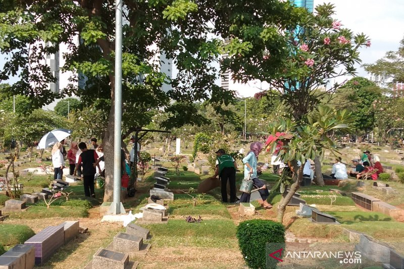 Warga Jakarta padati tempat pemakaman umum