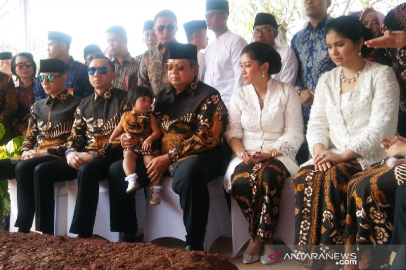 Ziarah ke makam Ani Yudhoyono, SBY pakai batik motif burung phoenix