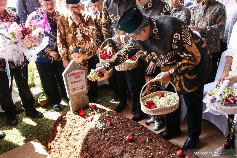 SBY ziarah ke makam Ani Yudhoyono