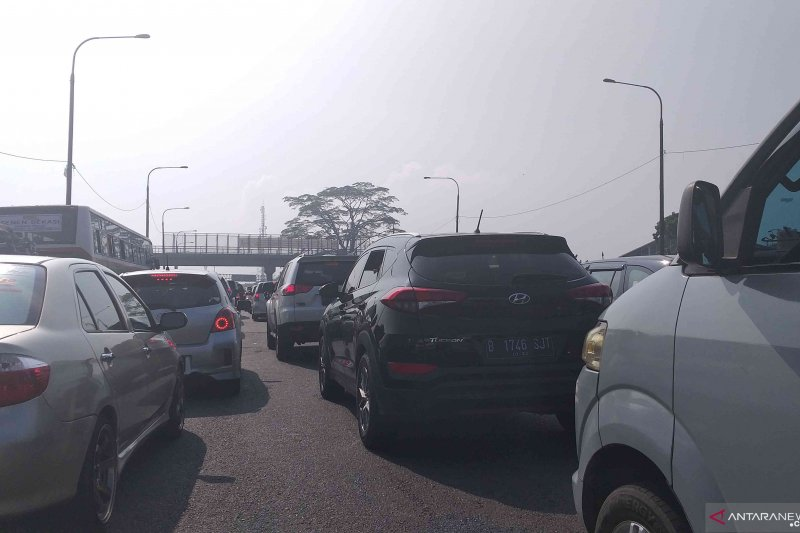 Macet lebih 2 km di Pintu Tol Cileunyi Bandung