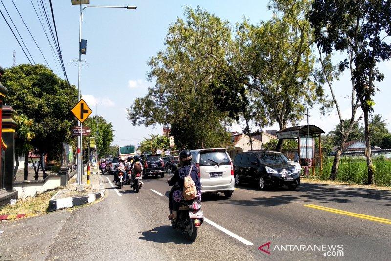 Kendaraan arus balik mulai memadati ruas jalan Kulon Progo