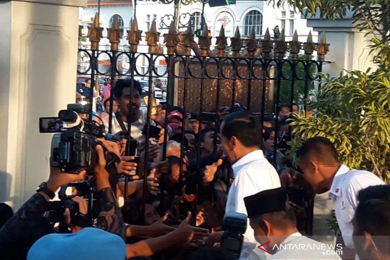Presiden Jokowi membagikan 3.000 paket sembako untuk warga di Yogyakarta (VIDEO)