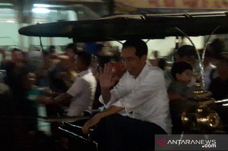 Jokowi menaiki andong bersama Jan Ethes di Malioboro