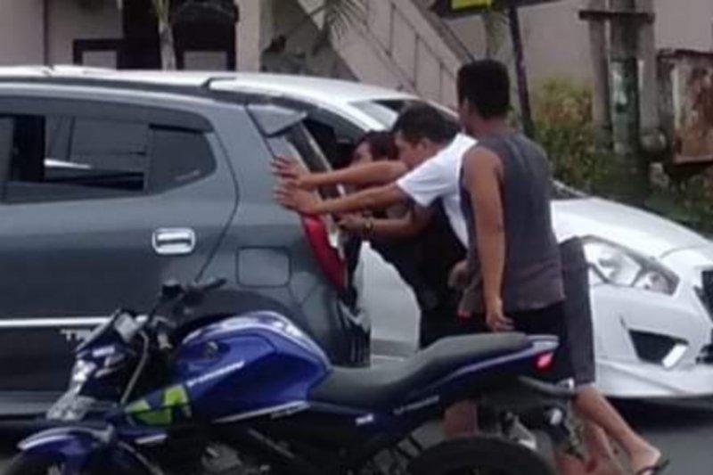 Dorong mobil warga,  Wabup Minahasa Tenggara viral di Medsos