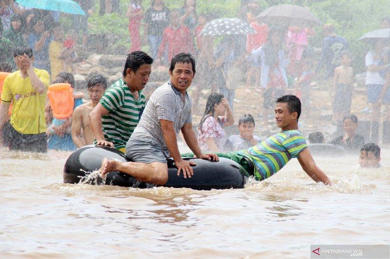 Tradisi mandi pehcun di Sungai Kapuas