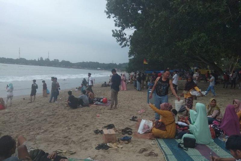 Jalur wisata Pantai Carita-Anyer padat