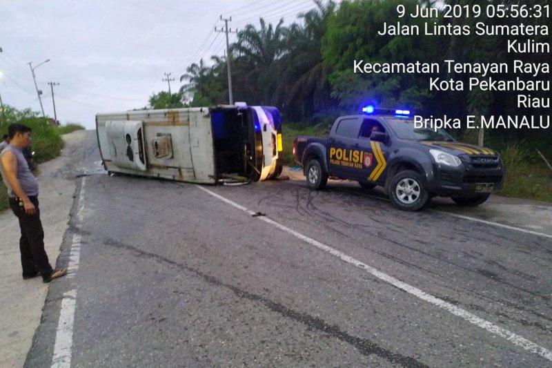 Gagal menanjak, bus sarat penumpang mundur dan terbalik di Pekanbaru