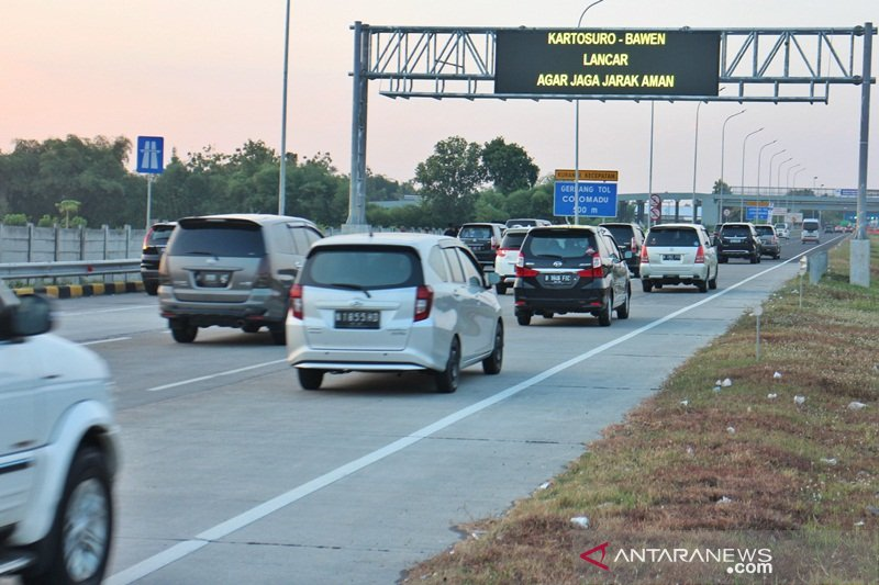 Kendaraan arus balik melintas Tol Colomadu  menurun
