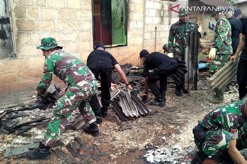 Pascabentrok, TNI/Polri di Buton bersihkan puing bangunan rumah