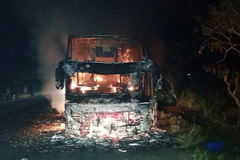 Bus pariwisata hangus terbakar di Jalinsum