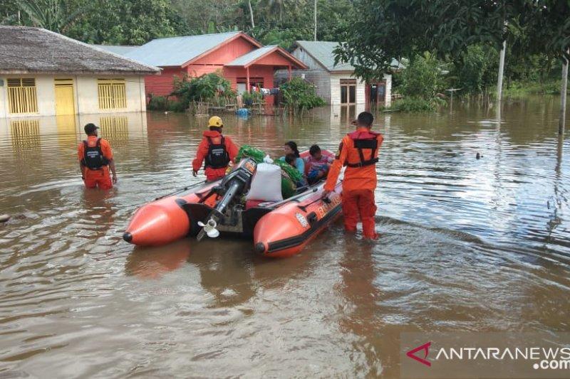 Warga mengawal kendaraan yang melintas di daerah banjir Sulbar