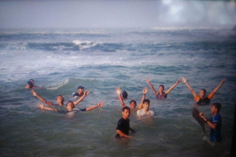 Polisi tangani wisatawan terseret ombak laut