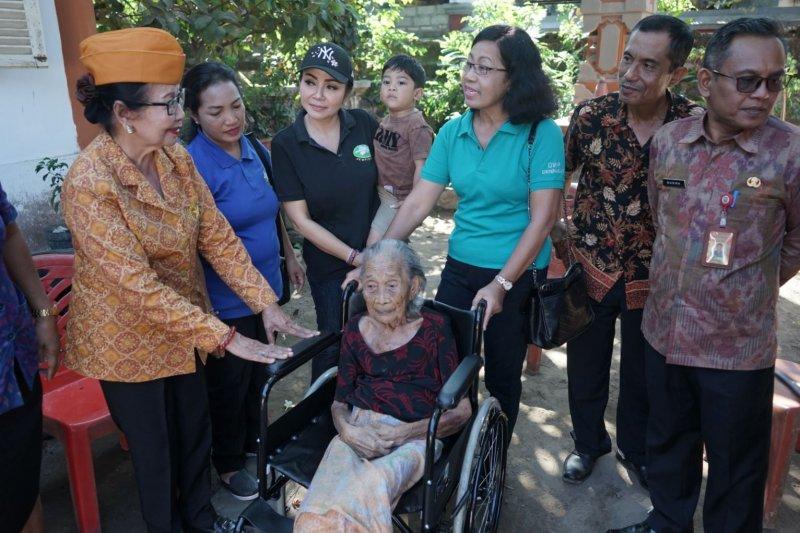 K3S Denpasar serahkan kursi roda kepada penyandang disabilitas