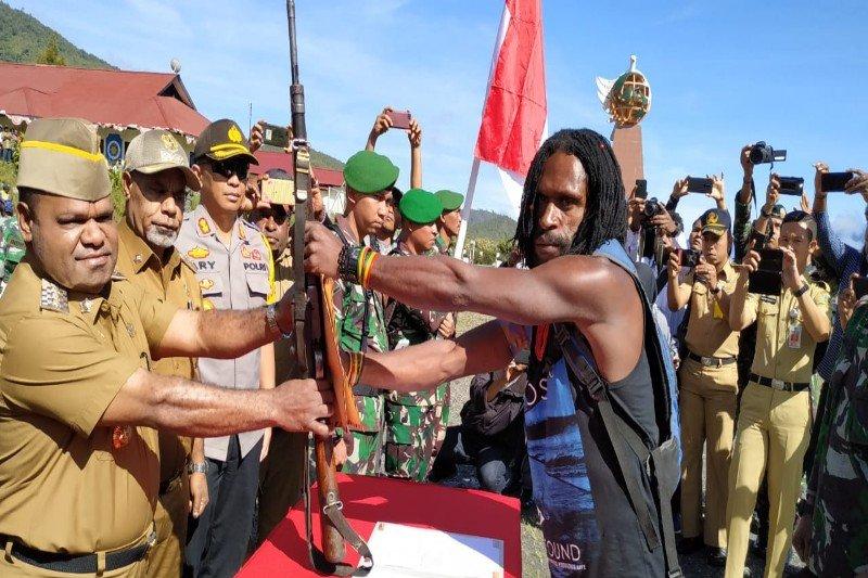 Bupati Puncak Jaya terima mantan ajudan Goliat Tabuni