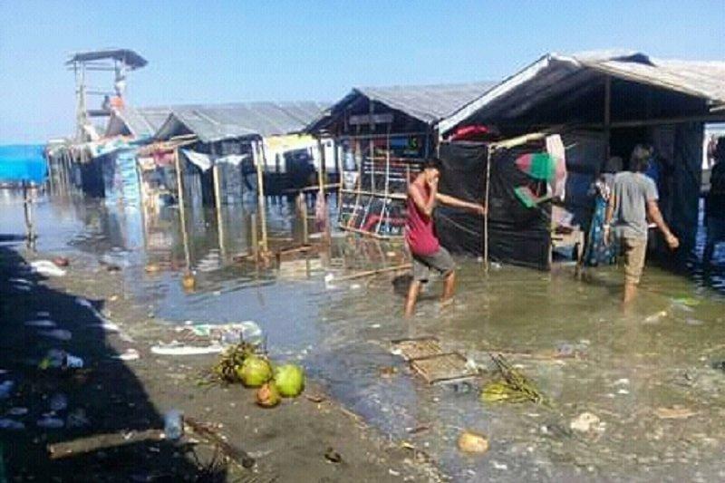 Gelombang tinggi rusak warung semipermanen di pantai Kebumen
