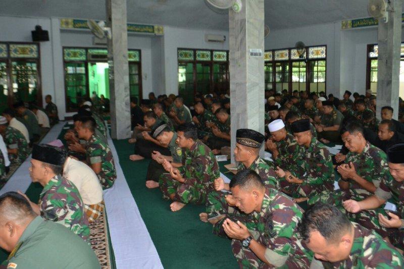 Prajurit Korem 042/Gapu gelar shalat ghaib untuk mantan KSAD