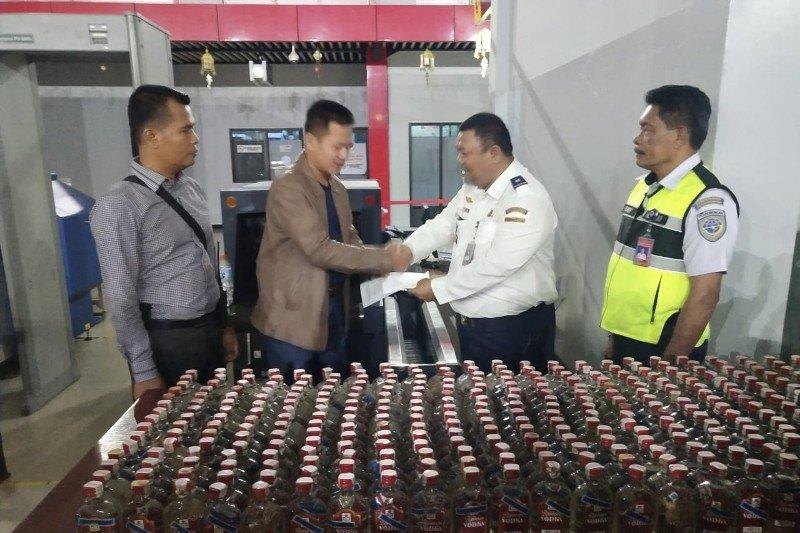 Polisi Jayawijaya amankan 384 botol minuman keras di Bandara Wamena