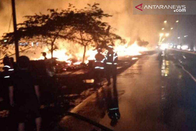 14 mobil damkar atasi kebakaran gudang di Cikarang